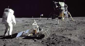 установка сейсмометра на Луне